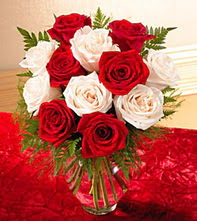 Amasya uluslararası çiçek gönderme  5 adet kirmizi 5 adet beyaz gül cam vazoda
