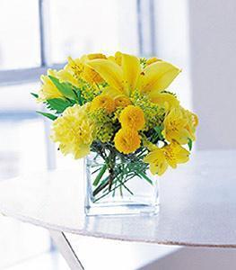 Amasya cicekciler , cicek siparisi  cam vazo içerisinde sari çiçeklerden tanzim