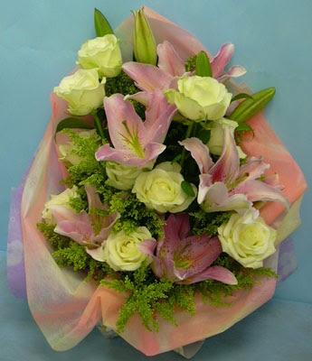 11 adet gül ve 2 adet kazablanka buketi  Amasya internetten çiçek satışı