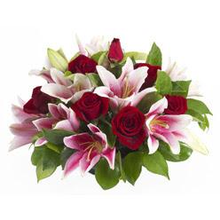 güller ve kazablnaklardan aranjman  Amasya anneler günü çiçek yolla