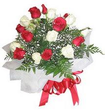 Amasya çiçek , çiçekçi , çiçekçilik  12 adet kirmizi ve beyaz güller buket