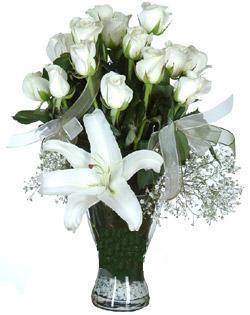 cam içerisinde 11 beyaz gül ve 1 kazablanka  Amasya çiçek siparişi sitesi