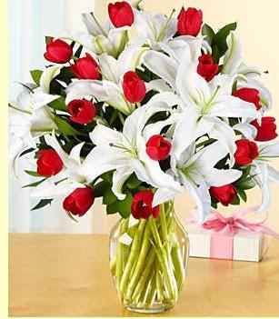 Amasya çiçek siparişi sitesi  3 kazablanka 10 kırmızı gül vazosu
