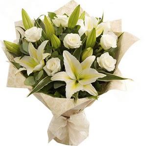 Amasya anneler günü çiçek yolla  3 dal kazablanka ve 7 adet beyaz gül buketi