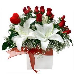 Amasya çiçekçi mağazası  1 dal kazablanka 11 adet kırmızı gül vazosu