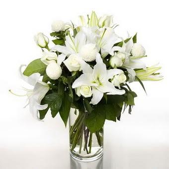 Amasya çiçek gönderme sitemiz güvenlidir  1 dal cazablanca 7 adet beyaz gül vazosu
