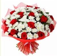 11 adet kırmızı gül ve beyaz kır çiçeği  Amasya internetten çiçek satışı