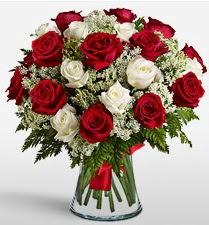 Vazoda 12 kırmızı 12 beyaz gül tanzimi  Amasya uluslararası çiçek gönderme