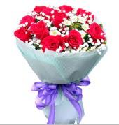 12 adet kırmızı gül ve beyaz kır çiçekleri  Amasya çiçekçi mağazası