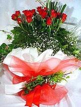 Amasya çiçek satışı  11 adet kirmizi gül beyaz krepte
