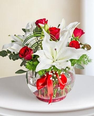 Fanus Vazoda 2 Lilyum ve 5 Gül Dansı  Amasya çiçek gönderme
