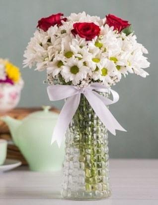 Papatya Ve Güllerin Uyumu camda  Amasya çiçek gönderme sitemiz güvenlidir